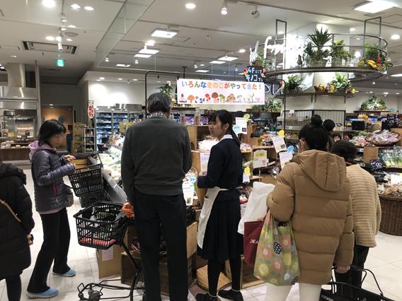 ④[CSR] 御影高校の生徒たちとスーパーで販売体験